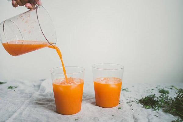 Rót nước ép cà rốt ra ly