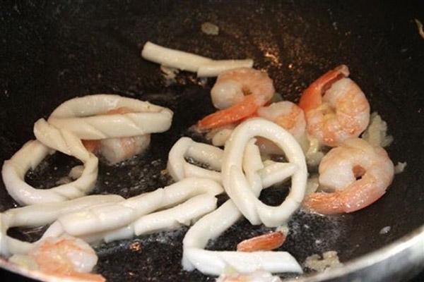 Cách nấu cháo hải sản tôm mực ngon