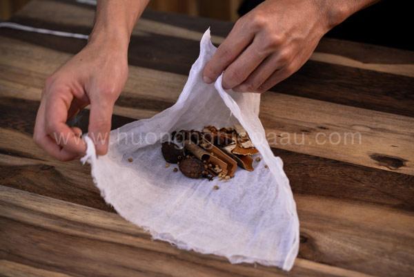 Cho các nguyên liệu tạo hương vào nước dùng