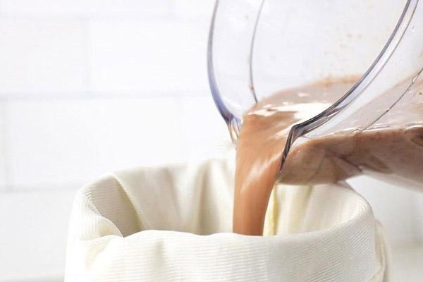 Lọc hỗn hợp qua rây để sữa mịn thơm