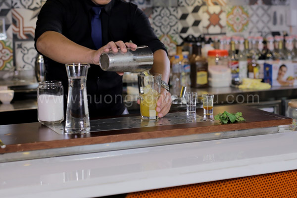 Rót đồ uống ra ly và fill up soda