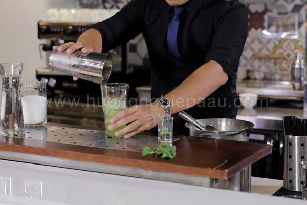 Rót hỗn hợp mojito ra ly