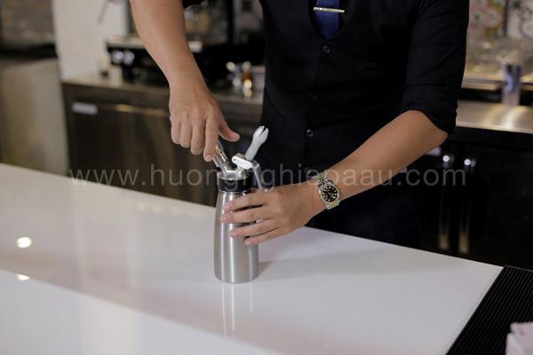 Sử dụng bình xịt kem tươi làm topping