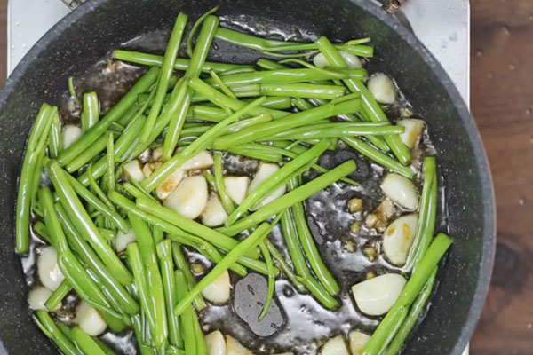 cách làm rau muống xào tỏi xanh giòn