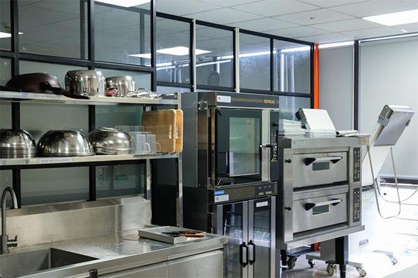 cơ sở vật chất lớp nghiệp vụ bếp bánh quốc tế